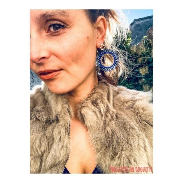 🎈Nouvel article sur le blog🎈 - Je viens de publier à propos de la boutique en ligne @elyconia_ ! - Rappelez vous mon IGTV!  Sophie fondatrice du shop @elyconia_ propose des accessoires féminins venus tout droit d'ateliers colombiens! - Des femmes rassemblées en coopératives, mettent leur savoir faire traditionnel et ancestral au service de créations de toute beauté! Boucles d'oreilles, bracelets, colliers, pochettes.. - A coup sûr, vous trouverez cadeaux à votre goût! - Grâce à nos achats, ces femmes colombiennes peuvent s'émanciper socialement et économiquement parlant. Elles acquièrent une certaine reconnaissance et sont valorisées hors de leur sphère privée. - Je vous enjoins vivement à aller vous balader virtuellement sur la boutique de Sophie!  - Sophie vous propose un code promo de 20% de réduction à valoir sur sa boutique avec le code JULIE20! Il est valable jusqu'au 15 décembre!  —-> Ne restez pas loin! Demain, Sophie et moi mettrons en place un concours pour tenter de vous faire remporter un bracelet tissé!  - Ça vous dit de jouer? - Bonne fin de dimanche !💋