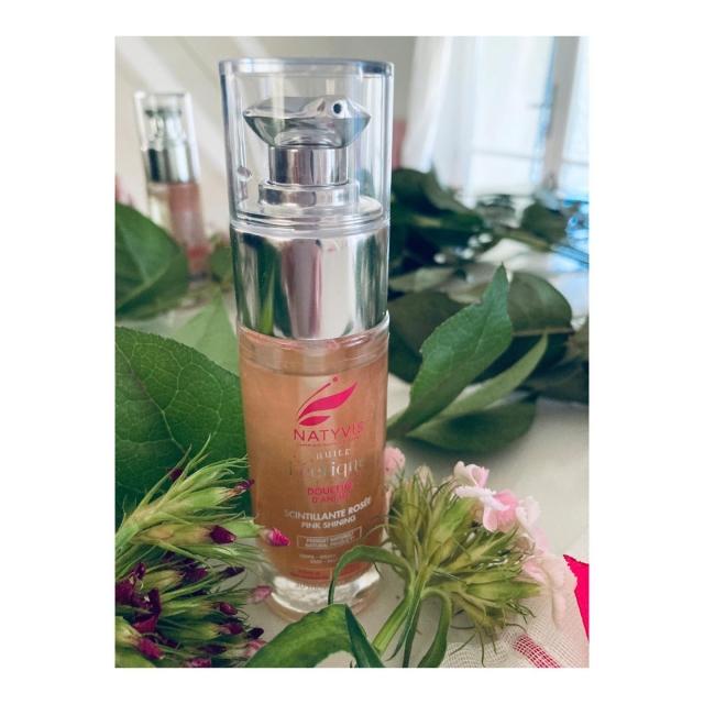 Et bonjour du mercredi ! Je ne vous demande pas comment vous allez car je connais la réponse!: BIENNNN!! - Depuis quelques jours, tous les matins, j'utilise l'HUILE FEERIQUE douceur d'antan de chez @natyvis_cosmetics  - La connaissez-vous ?😃 - @natyvis_cosmetics est une marque française de cosmétiques naturels et vegan. Elle propose «des soins corporels associant parfums et couleurs pour inspirer des émotions positives.» - L'huile est d'un rose scintillant, GIRLY à souhait.. - Je secoue pour mélanger les PAILLETTES.. J'applique sur le décolleté.. Normalement, elle s'utilise sur tout le corps et les cheveux. Mais en hiver, je suis emmitouflée! Pas un brin de peau ne dépasse!! - Des les premiers instants, un parfum chaud et sucré m'envahit. Comme je vous le disais en igtv, il m'évoque celui de Deci Delà de Nina Ricco.. Du plaisir à l'état pur.. - Toutes les promesses de cette huile sont tenues.. le plaisir, la sensualité sont au rendez-vous.  ———> j'ai hâte de pouvoir l'utiliser au printemps car elle aurait le pouvoir de sublimer notre bronzage.. - Le seul bémol? Le liquide a du mal à passer dans le flacon pompe. Il est donc mal aisé d'activer plusieurs fois cette pompe. - Si vous avez envie d'un pur soin plaisir, je ne peux que vous enjoindre à tester cette huile merveilleuse de douceur.. Celles qui apprécient l'huile prodigieuse de Nuxe adoreront à coup sûr celle-ci ! - Connaissez-vous @natyvis_cosmetics et ses soins délicats et sensuels? Très bon mercredi les chewis!💋  Merci @andassociates_fr et @lamaisondelacosmethique 😃