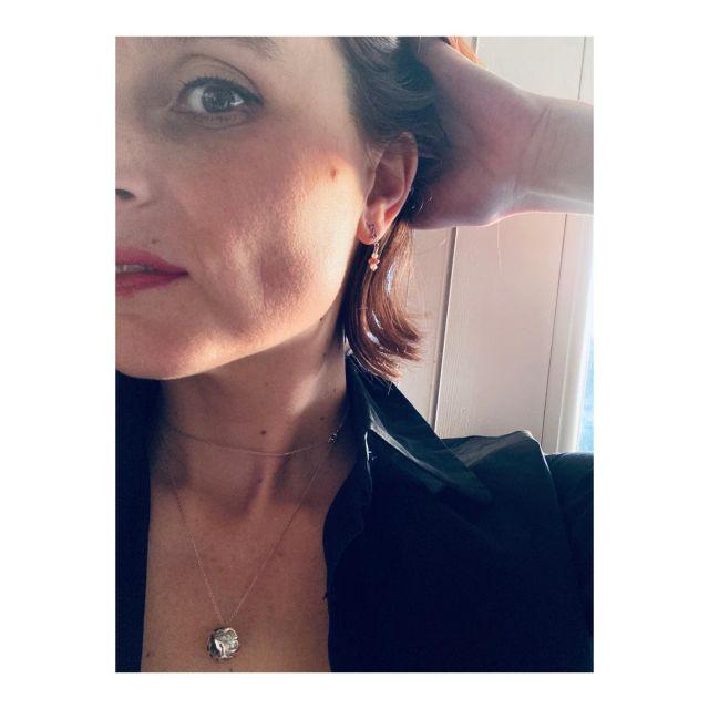 Dans la lumière du soir... - @kajika_jewelry, ce sont aussi de très belles boucles d'oreilles. En story permanente, vous pourrez en apprécier les détails: améthyste, perle de culture, argent 925. - Les meandres du métal m'évoque un dauphin, comme stylisé! - Admirer les pièces d'@helenepestre, c'est aussi prendre le temps de jouer avec son imaginaire... - Allez, et si on s'amusait au jeu des nuages dans le ciel?  - Très bonne journée à tous! ——> Nous vous préparons un sublime concours ce week-end.. Ne restez pas loin!💋 -